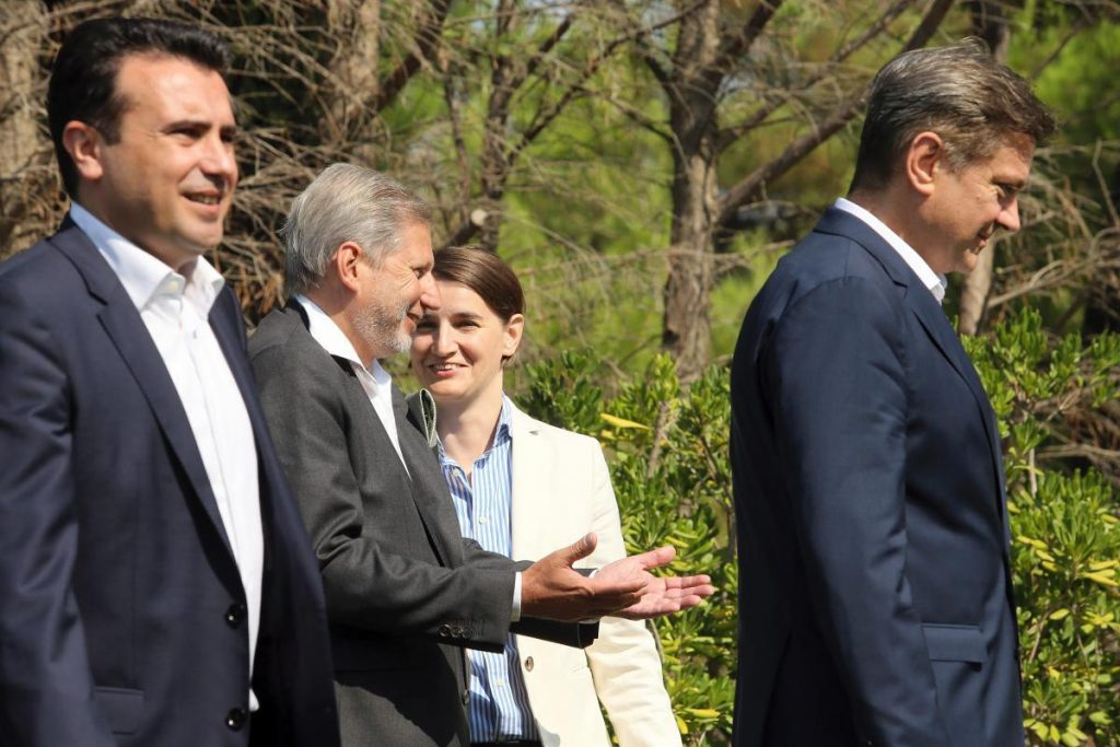 Ο Επίτροπος Διεύρυνσης της Ε.Ε. Γιοχάνες Χάαν (δεύτερος από αριστερά) συζητά, στις 26 Αυγούστου, με τη νέα πρωθυπουργό της Σερβίας Άννα Μπρνάμπιτς (κέντρο), ενώ παρακολουθεί (αριστερά) ο πρωθυπουργός της ΠΓΔΜ Ζ. Ζάεφ.
