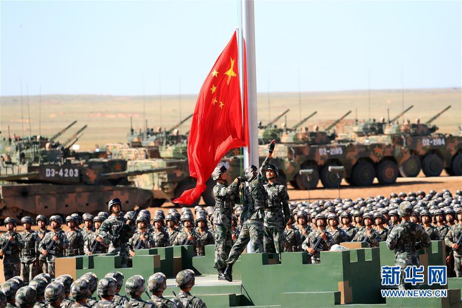 Έπαρση της κινεζικής σημαίας κατά την έναρξη της παρέλασης της 30ης Ιουλίου στην, τεραστίων διαστάσεων, βάση Ζουρίχε της Εσωτερικής Μογγολίας.