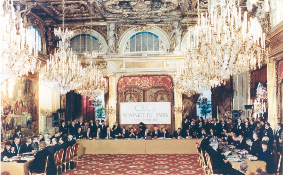 Η Χάρτα των Παρισίων υιοθετήθηκε στις 21 Νοεμβρίου 1990 και τη χαρακτήριζε η αισιοδοξία ότι το τέλος του παγκόσμιου διπολισμού και η –απρόσμενα εύκολη- επανένωση της Γερμανίας, άνοιγε ένα νέο κεφάλαιο στην ιστορία της Ευρώπης.