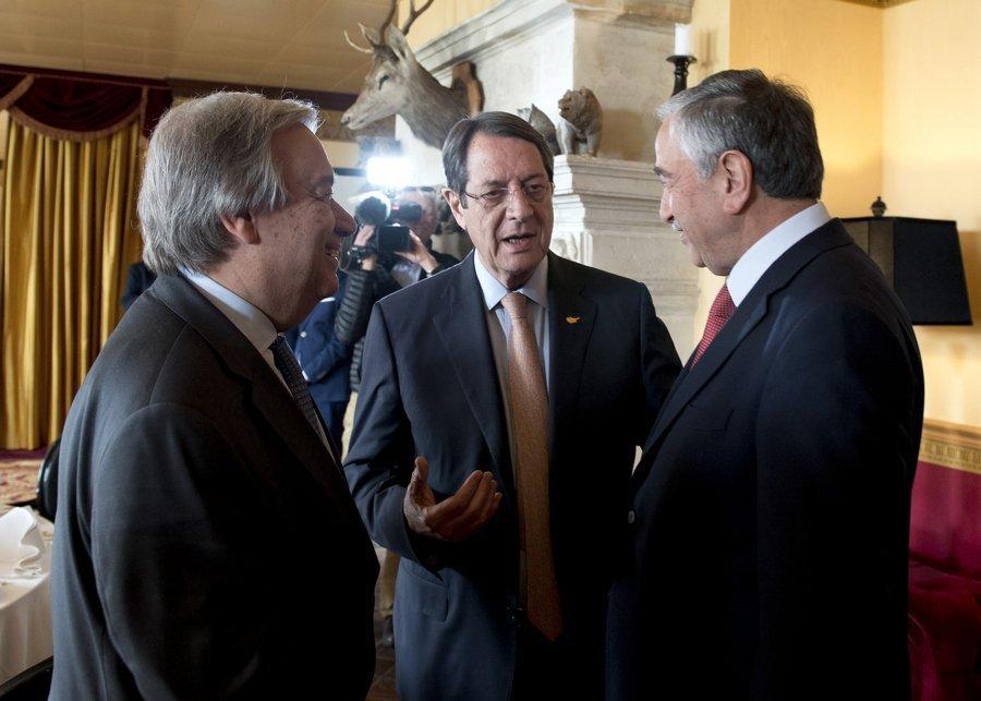 Ο γ.γ. του ΟΗΕ Αν. Γκουτέρες (αριστερά) με τον Κύπριο πρόεδρο Ν. Αναστασιάδη και τον Τουρκοκύπριο εκπρόσωπο Μ. Ακιντζί στο Κραν Μοντανά.
